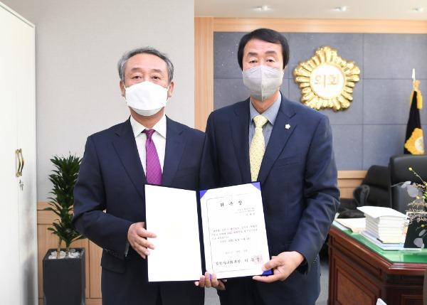 2021-04-09 2020회계연도 결산검사위원 위촉장 수여-박세천.JPG