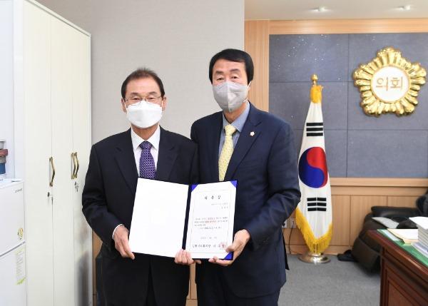 2021-04-09 2020회계연도 결산검사위원 위촉장 수여-오세복.JPG