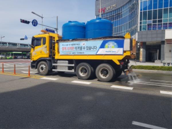 도심 가마솥더위 살수차로 도로 열기 식힌다-도로철도과(사진2).jpg